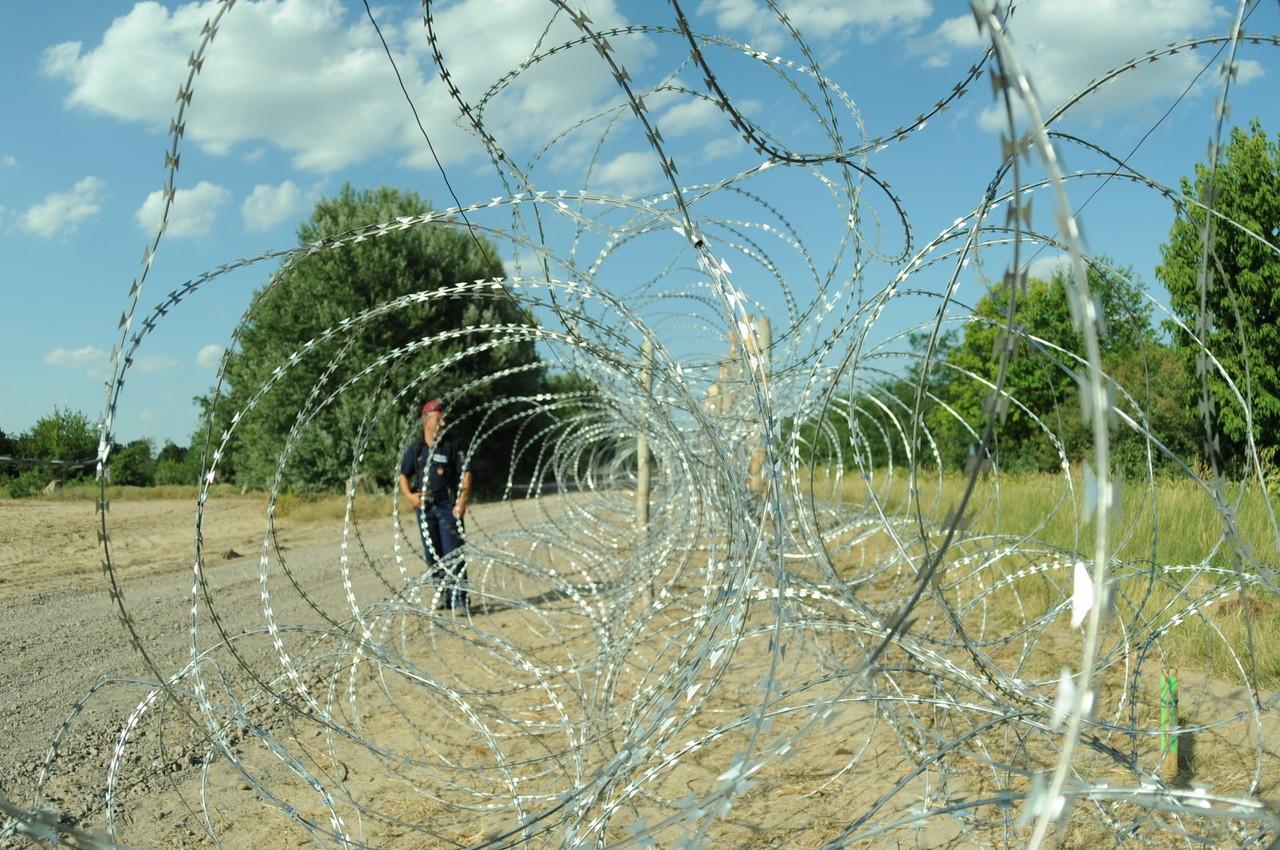 hungarian-serbian_border_barrier_4